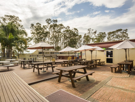 Book you function occasion or come and enjoy al fresco dining at Lockies Hotel